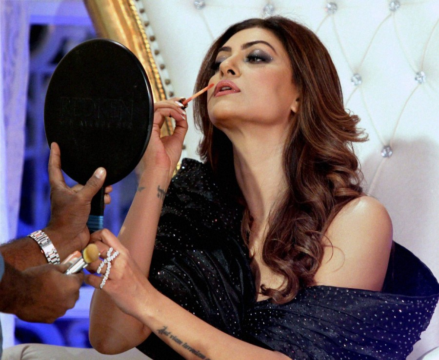 -62170005200 Bollywood-actress-sushmita-sen-rocked-ramp-black-dress-mumbai-fashion-show (4)